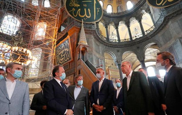 Первое мусульманское богослужение в мечети Айя-София, как ожидается, состоится 24 июля. В нем примут участие около 500 верующих. О том, будет ли среди них сам президент Турции, пока не сообщается.