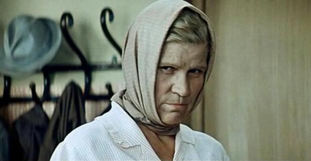 В фильме *Мачеха* бабушка жалуется в органы на жестокое обращение с детьми.