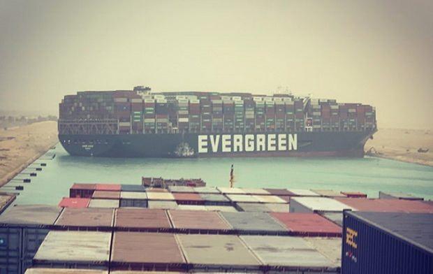 Президент Египта распорядился начать разгрузку контейнеровоза, перекрывшее Суэцкий канал