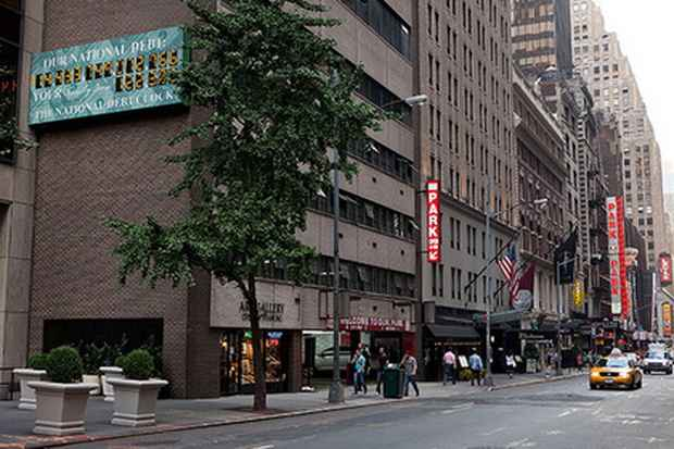 Со здания в нью-йоркском районе Манхэттен демонтировали табло, которое демонстрирует подсчет государственного долга США.