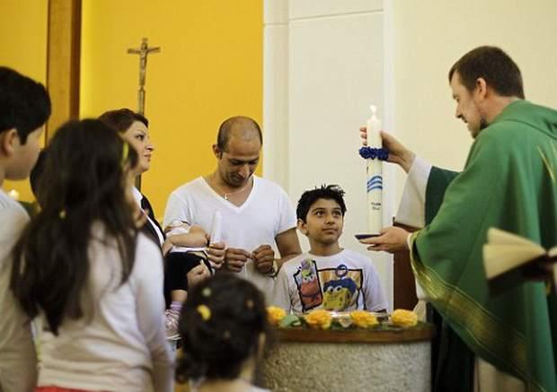 Финляндия: сотни мигрантов-мусульман принимают христианскую веру