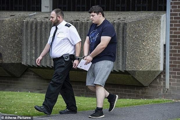 Посоветовавшись с супругой, 47-летней мачехой Джека, отец убедил юношу во всем признаться полиции и сам отвел его в участок.