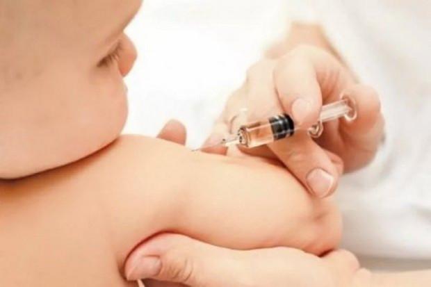 Более половины россиян, имеющих детей и внуков, против наказаний за отказ от прививок