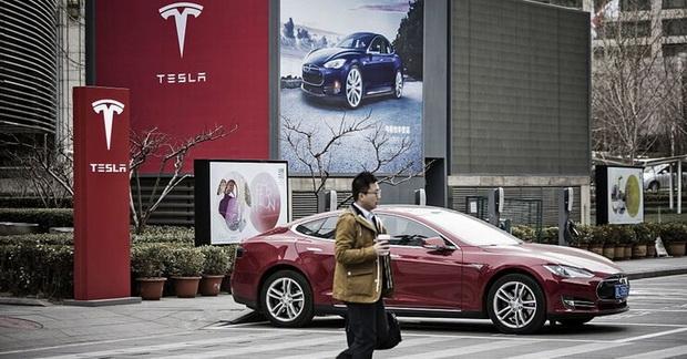Сразу же нужно пояснить, что завод Tesla в Китае хоть и обошёлся Илону Маску в $2 млрд, но начал поставлять автомобили всего через 357 дней после начала строительства — рекорд даже для китайских темпов производства.