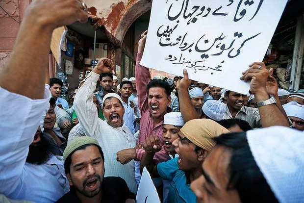 Появление фильма вызвало волну гневных антиамериканских протестов по всему Ближнему Востоку, в результате которых погибло более 30 человек.