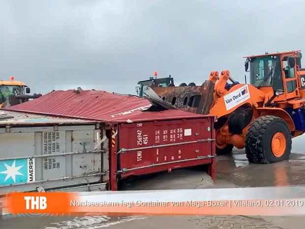 Шторм смыл 270 контейнеров с грузового судна у берегов Нидерландов