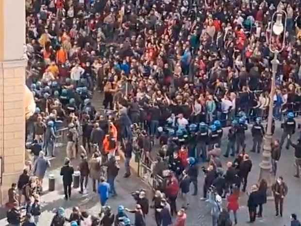 В Риме участники «антикарантинной» акции протеста пытались повторить «штурм Капитолия»