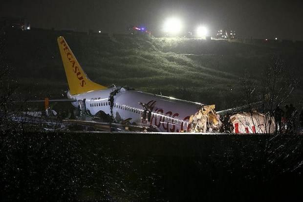 В аэропорту Стамбула при посадке разбился пассажирский самолет