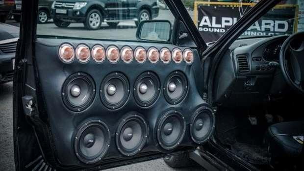 Водителей в России могут начать штрафовать за установку дополнительных динамиков в машину