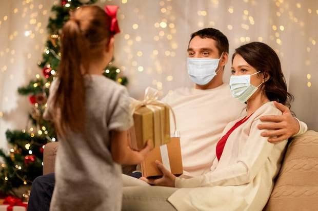 ВОЗ призывает в новогодние праздники носить маски в кругу семьи