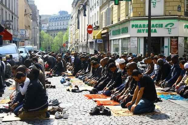 Президент хоть и устранился от дискуссии вокруг хиджабов, но мусульман все равно разозлил.