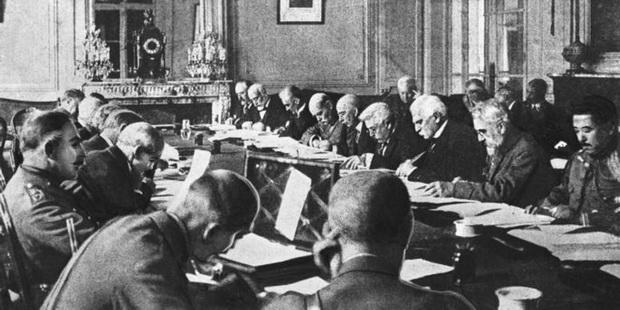 Договор, заключенный в период с января по июнь 1919 года в Париже, был написан союзниками практически без участия немцев.