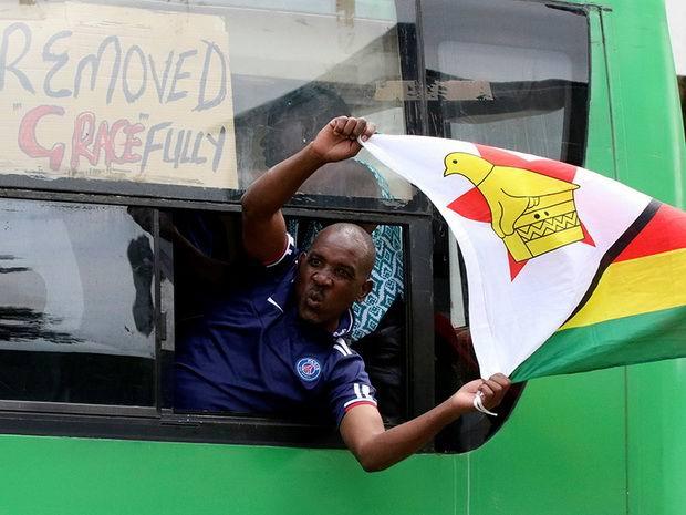The Herald сообщает, что люди на улицах в ожидании известий скандируют лозунги в поддержку Мнангагвы и поют песни.