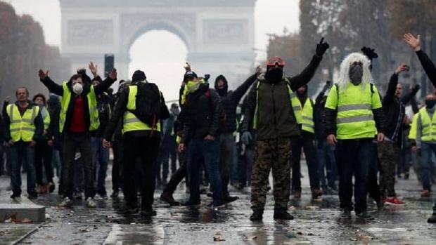 """В конце ноября протесты вышли за пределы Франции: """"желтые жилеты"""" блокировали движение в центре Брюсселя, скандируя призывы отправить в отставку президента Франции Макрона и премьер-министра Бельгии."""