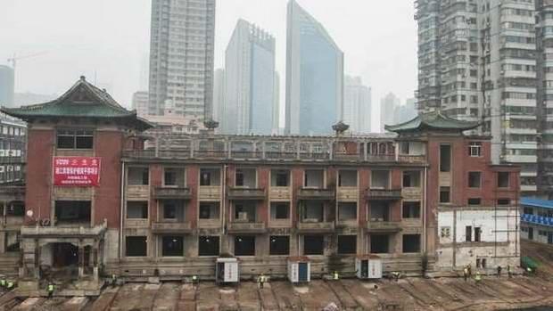 В Китае переместили на 35 метров старый отель весом 5000 тонн