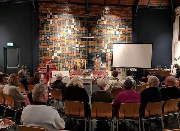 Более 700 часов церковь в Гааге ведет круглосуточное богослужение, спасая армянскую семью