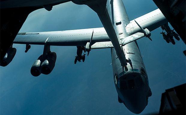 У стратегического бомбардировщика США в полете отвалился двигатель