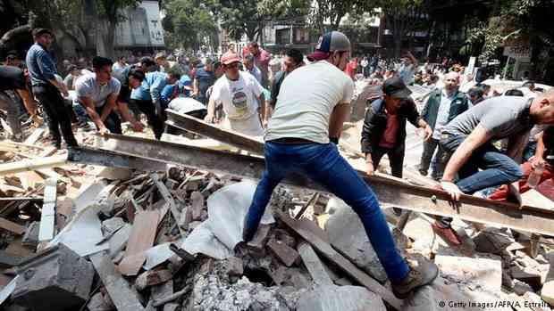 Землетрясение магнитудой около 7 произошло в Мексике. Более 100 человек погибли. Почти 4 млн мексиканцев остались без электричества.