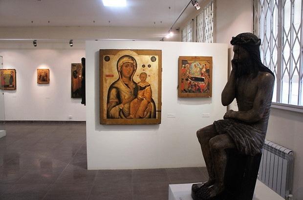 А в Палехе мастера работали неторопливо, тщательно. Заказчики часто сами приезжали сюда, чтобы получить свой шедевр. Или же художников выписывали монастыри и храмы, чтобы подновить состарившиеся иконы или написать новые.