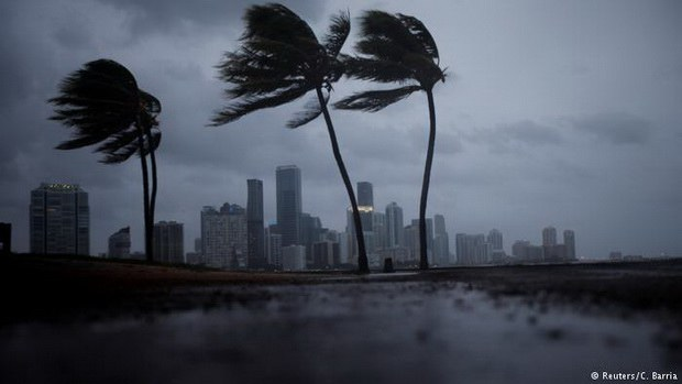 """Первые предвестники урагана """"Ирма"""" достигли Флориды. На побережье обрушились огромные волны, сотни тысяч домохозяйств остались без электроэнергии."""