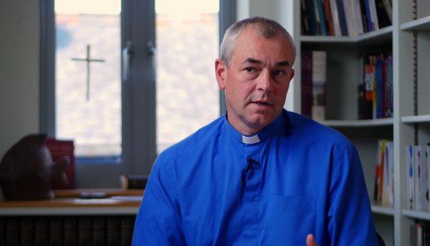 В Церкви Англии священника вынудили оставить служение за его осторожное отношение к трансгендерности у детей