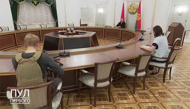 Окончательно добили недругов Лукашенко фото и видео его совещания в присутствии сына Коли, так и не снявшего бронежилет.