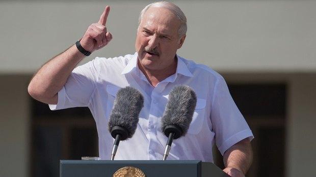 Лукашенко поручил закрыть бастующие предприятия и назвал фейками снимки с избиением протестующих