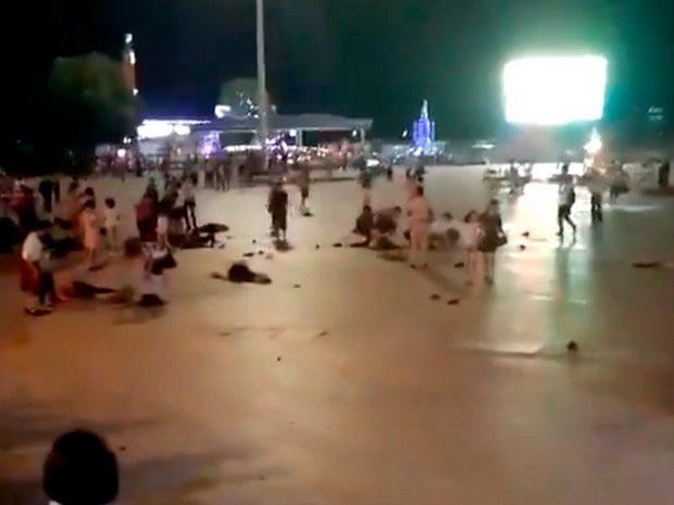 В Китае автомобиль въехал в толпу, а водитель напал с ножом на пешеходов
