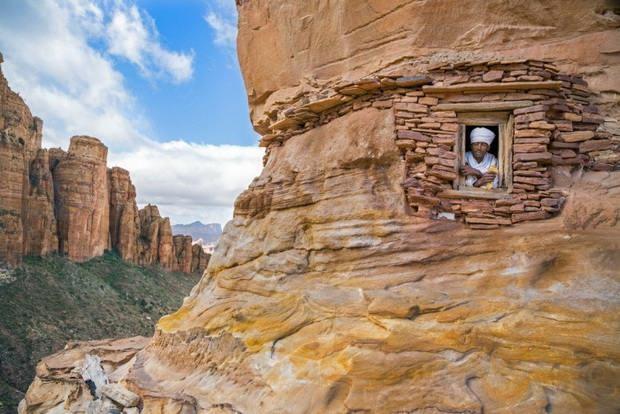 Некоторые из них сохранились до сегодняшнего дня, правда, чтобы к ним пробраться, нужно преодолеть полосу непростых испытаний. Располагаются эти храмы высоко в горах.