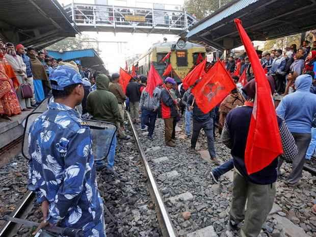 Протестующие заявляют, что правительство забыло о защите интересов рабочих, к акции стали присоединяться крестьянские и фермерские объединения.