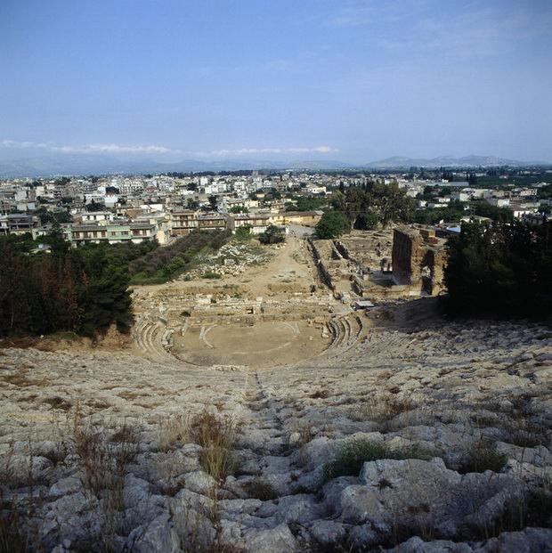 Развалины амфитеатра на холме Ларисса и город Аргос