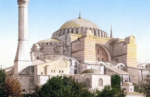 Он напомнил, что Святая София — не только великий храм христианского мира, но также часть глобального культурного наследия, которая принадлежит человечеству. Катругалос выразил надежду, что статус храма не изменится, напомнив, что еще 16 марта президент Турции говорил, что не поддерживает эту идею.