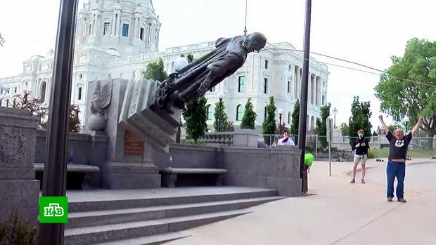 Во многих городах памятники подверглись вандализму, например, в Бостоне, в Майами и в городах в штате Вирджиния. Кроме того, были снесены или демонтированы порядка 60 памятников героям гражданской войны, выступавших на стороне рабовладельческого Юга.