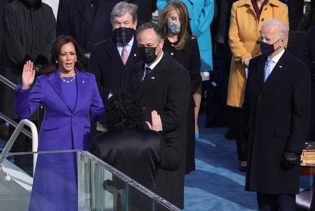 Перед Байденом присягу на верность Конституции и стране принесла вице-президент Камала Харрис. Она стала первой женщиной на этом посту.
