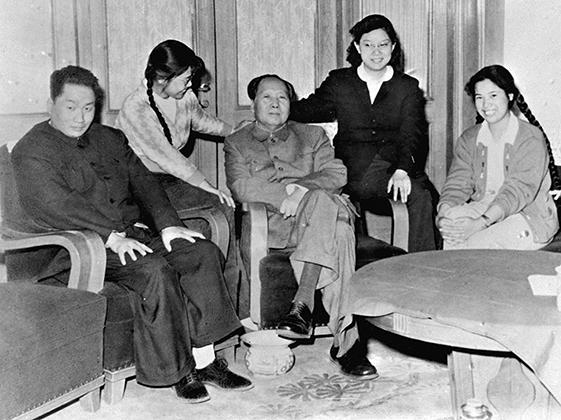 Мао (в центре) с семьей в 1962 году
