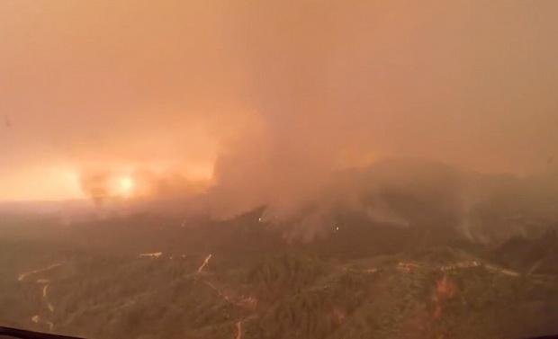 Власти США назвали природный пожар в Калифорнии ~беспрецедентным в истории штата~