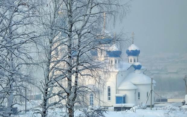 За окнами больничного храма падал пушистый снег и так призывно стучался в стекла, что уставшему за день батюшке захотелось поскорей выйти на улицу и окунуться в эту белую мглу.