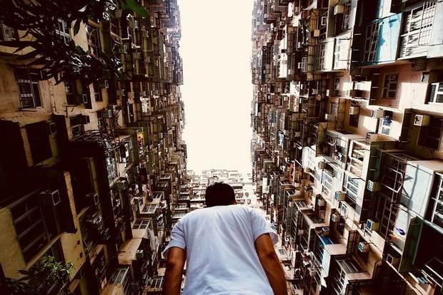 Около 200 тыс. граждан одного из богатейших мегаполисов мира - Гонконга - живут в квартирках, едва превышающих размер гроба.